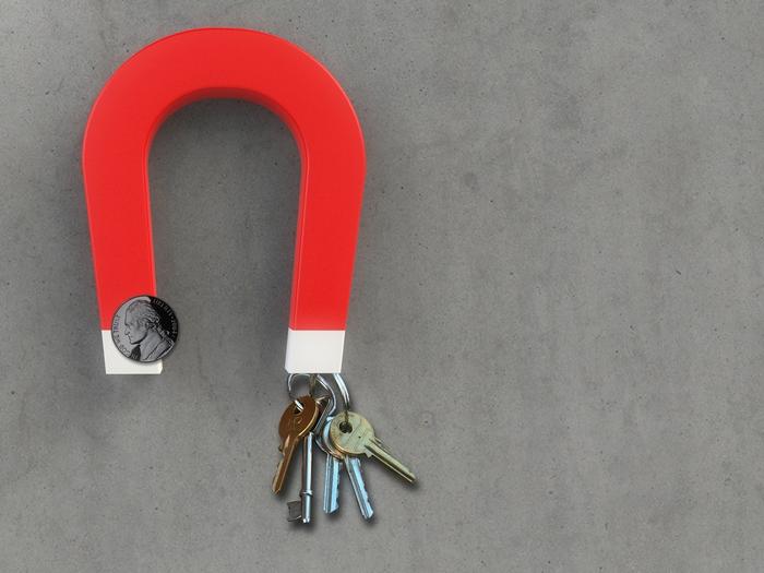 Дополнительное место для хранения вещей: магнитные крепления для ключей в прихожей.