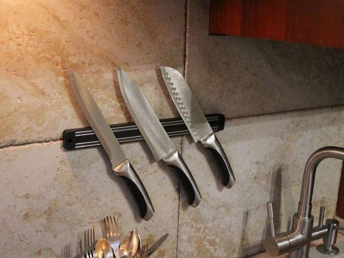 Дополнительное место для хранения вещей: магнитные крепления на кухне.
