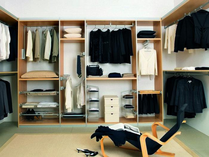 Дополнительное место для хранения вещей: гардеробная комната.