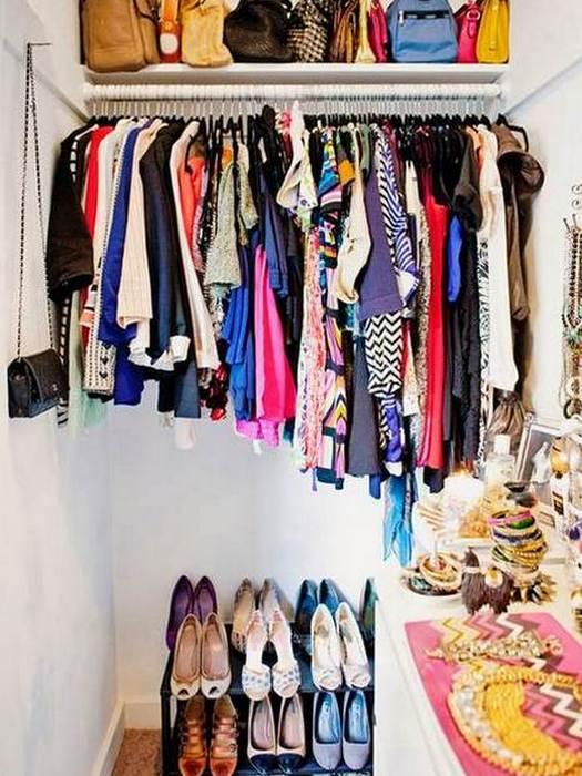 Упорядочить одежду в шкафу поможет подвесной органайзер.
