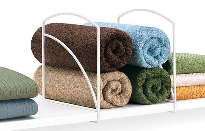 Упорядочить одежду в шкафу помогут полочки «Bath & Beyond».