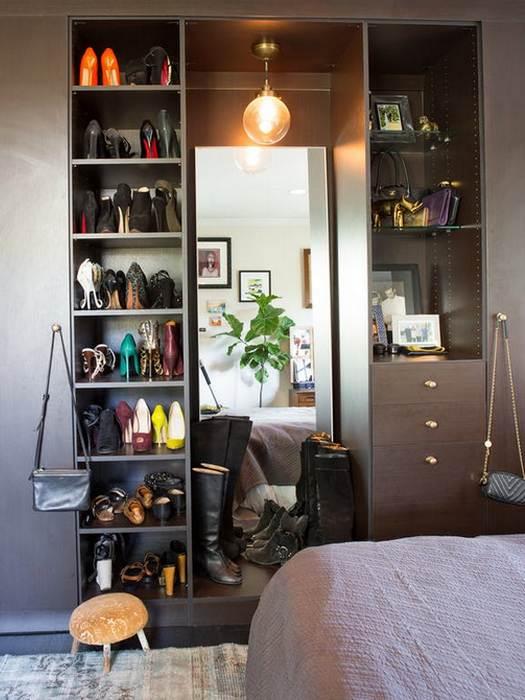 Упорядочить одежду в шкафу поможет лампочка.
