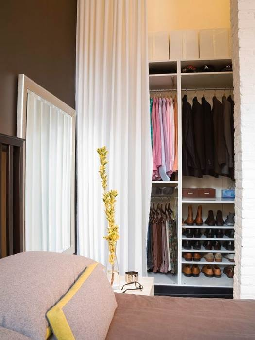 Организовать пространство шкафа помогут шторки вместо дверец.