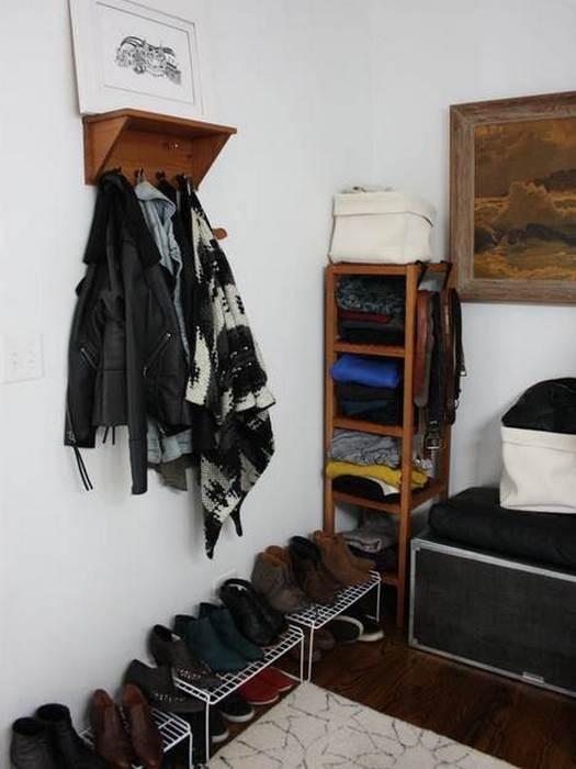 Упорядочить одежду в шкафу помогут настенные крючки.