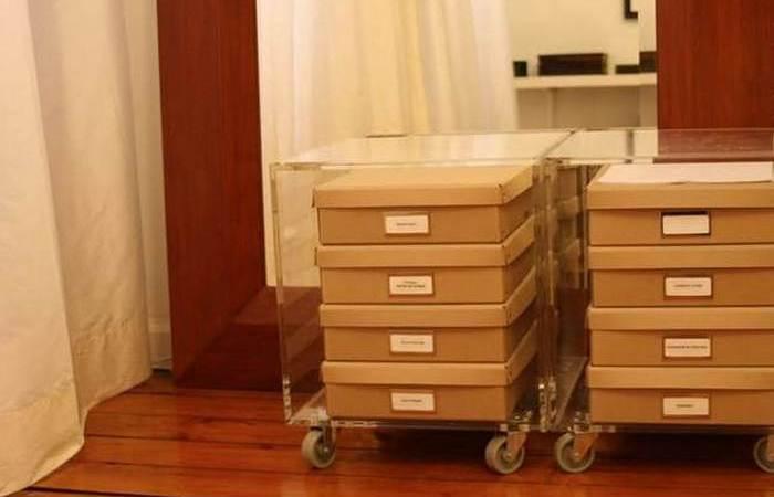 Упорядочить одежду в шкафу помогут тумбочки на колесиках.