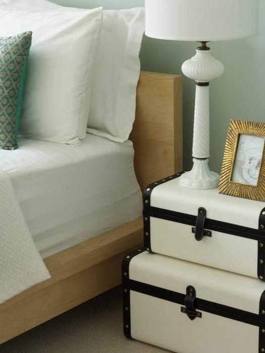 Упорядочить одежду в шкафу помогут чемоданы.