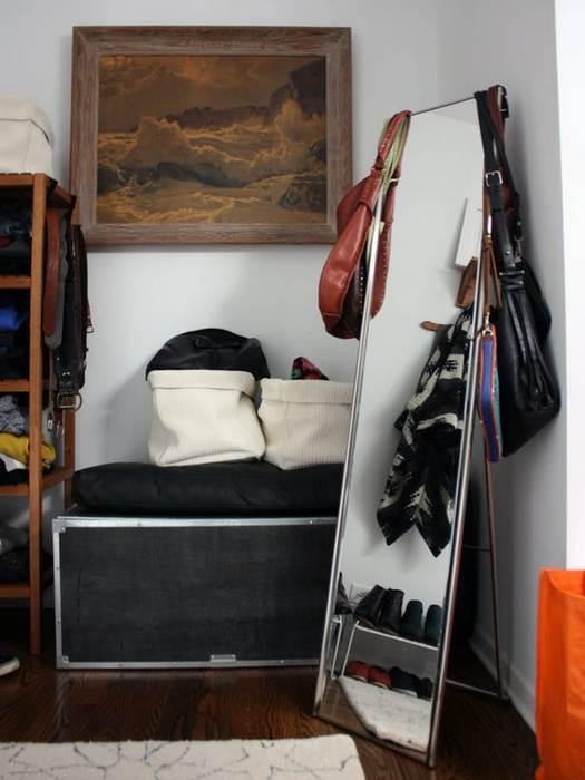 Упорядочить одежду в шкафу помогут нестандартные емкости.