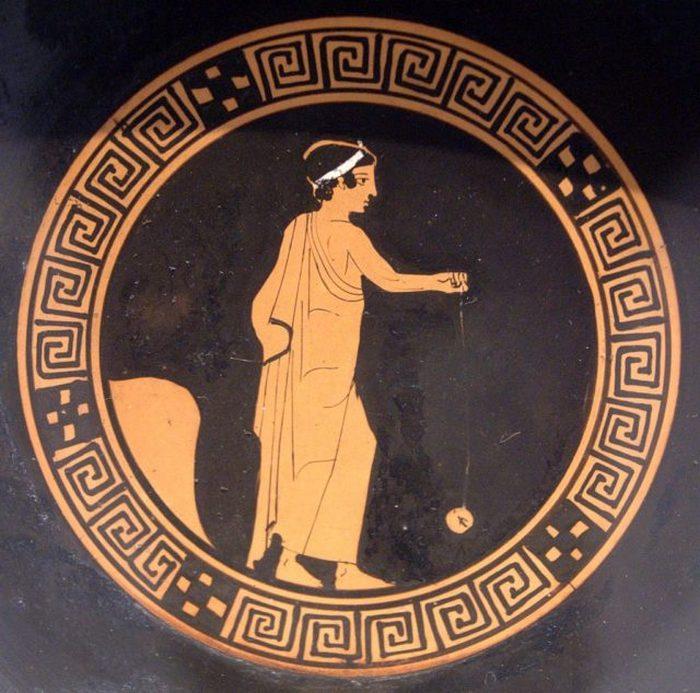 Мальчик играет с терракотовой йо-йо. Изображение на античном киликсе, примерно 440 г. до н.э.