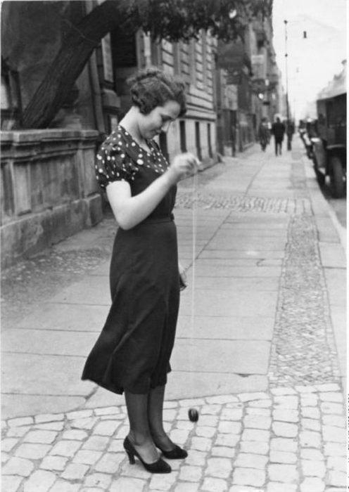 Дама играет с йо-йо в Берлине в 1960-х годах