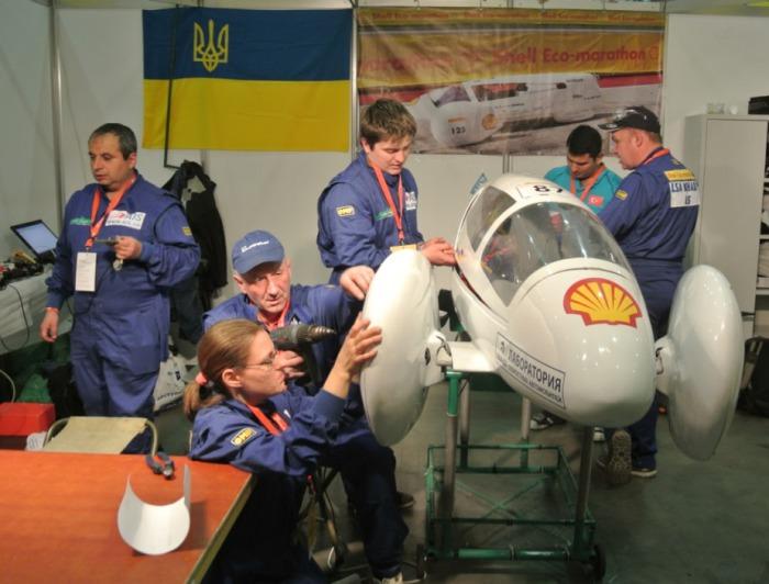 Подготовка к техническому осмотру ХАДИ-34 в паддоке.