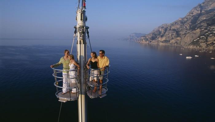 С «вороньего гнезда» на верхушке мачты Athena открывается обзор на 360 градусов.