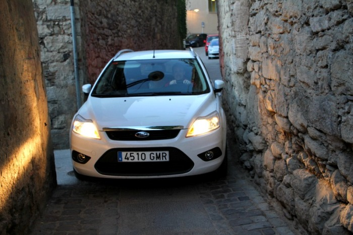 Водитель этого Ford с трудом пробирается по узким улочкам испанской Жироны. | Фото: chambersarchitects.com.