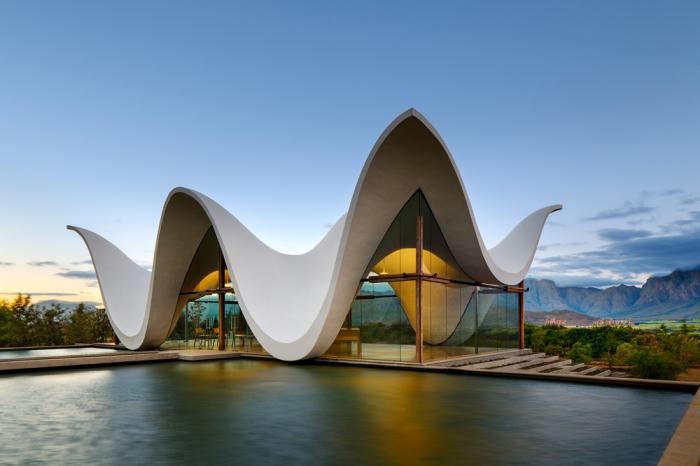 Белоснежное здание как будто грациозно плывет по африканской долине.