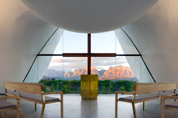 Святое распятие удачно вписано в конструкцию огромных окон.