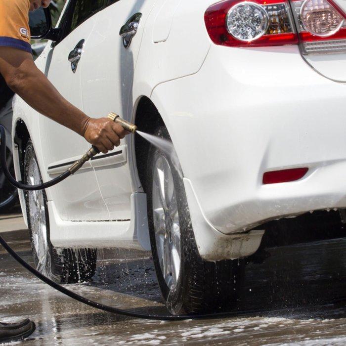 Профессиональные детейлеры начинают работу с того, что моют машину простой водой. | Фото: familyhandyman.com.