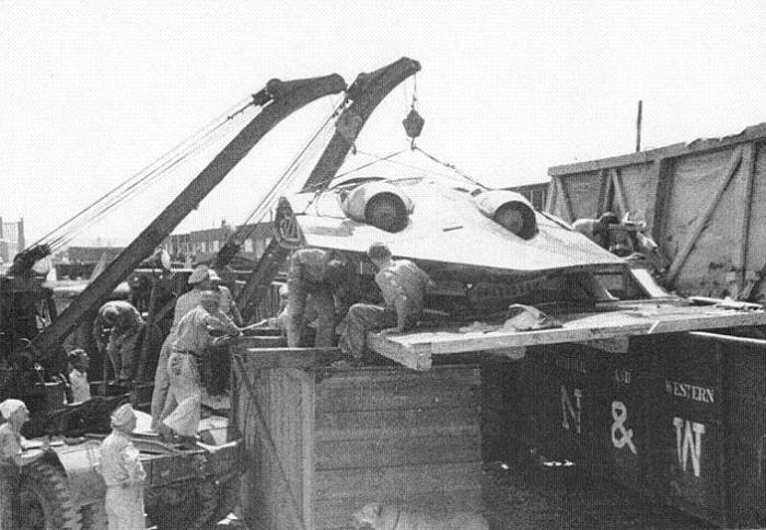 Американские военные выгружают трофейный Horten Ho 229 V3, август 1945 года.
