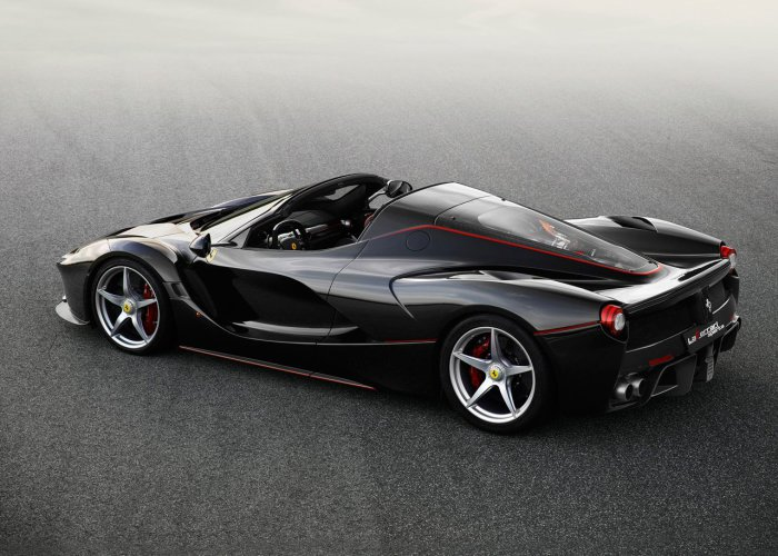 Боковая часть и корма оформлены в классическом для Ferrari стиле.