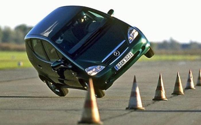 «Лосиный тест» в исполнении Mercedes-Benz A-Class. | Фото: autocar.co.uk.
