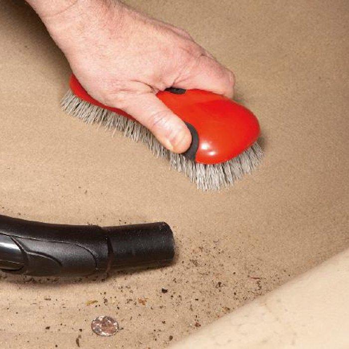 Щеткой и пылесосом можно добиться намного большего, чем одним пылесосом. | Фото: familyhandyman.com.