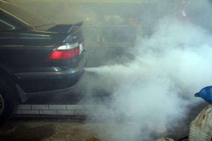 Серый дым из выхлопной трубы обычно означает, что мотор «умирает». | Фото: autoplus.su.