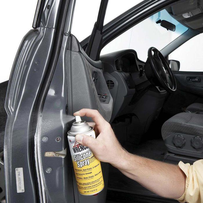 Распыляем силиконовую смазку. | Фото: familyhandyman.com.