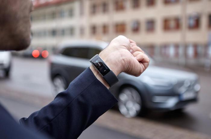 Управление машиной с помощью браслета-часов.