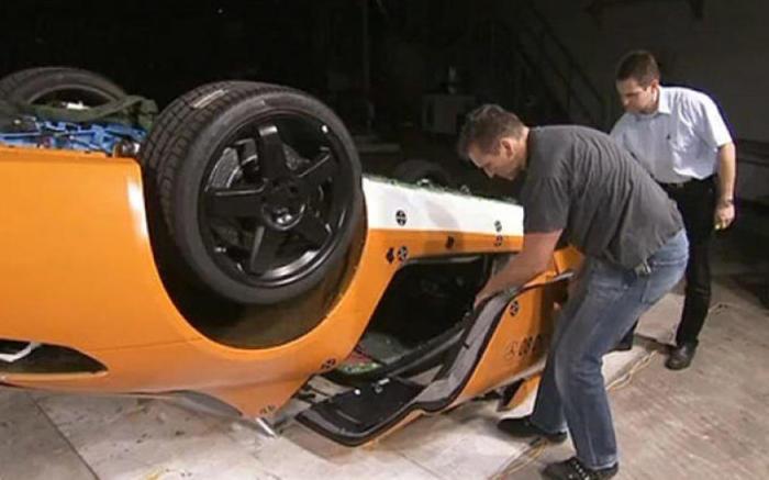 Испытание пиропатронов в дверях немецкого суперкара Mercedes-Benz SLS AMG. | Фото: autocar.co.uk.