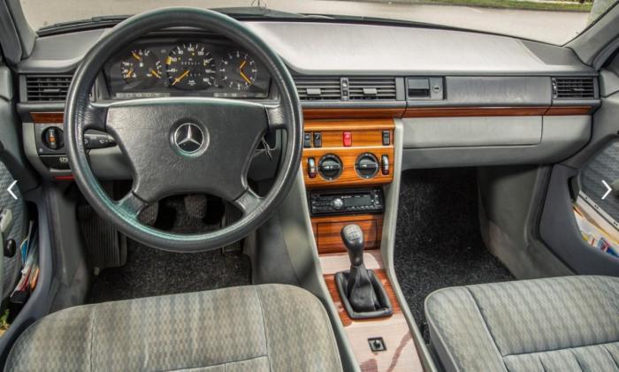Салон Mercedes-Benz E-Class W124 хорошо сохранился как для своего пробега.