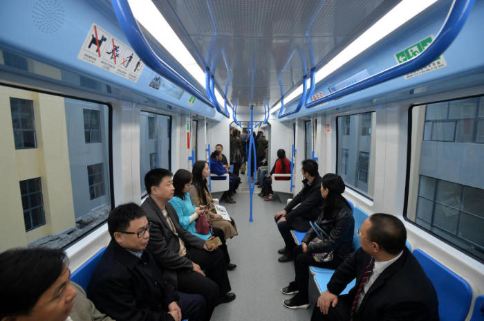 Салон подвесного поезда Sky Train.