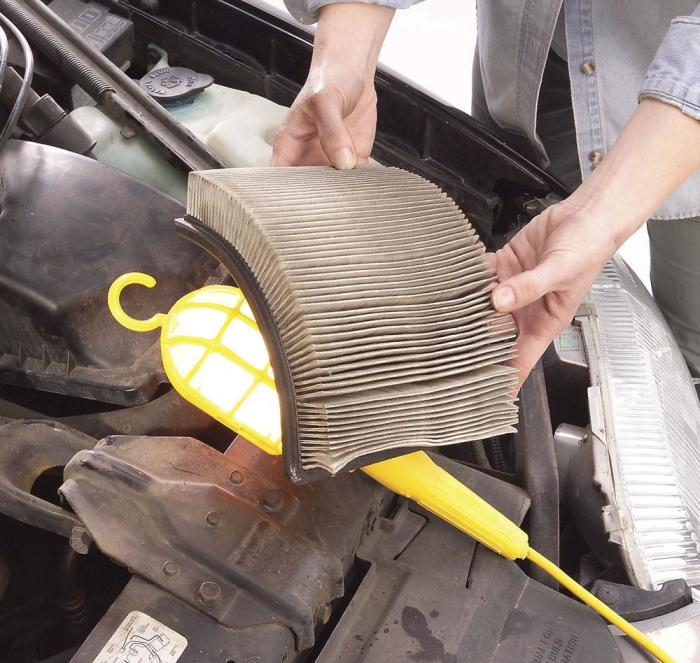 Снимать старый воздушный фильтр и устанавливать новый должен уметь каждый водитель. | Фото: familyhandyman.com.