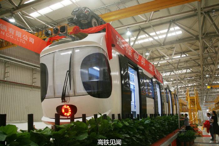 Первый подвесной поезд Sky Train покидает сборочную линию в Нанкине.