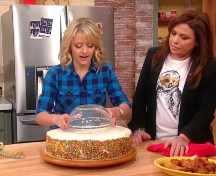 На торт нужно положить глубокую миску. | Фото: youtube.com.