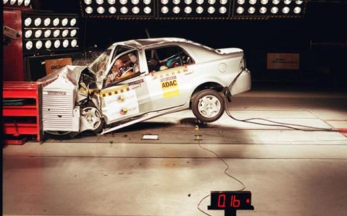 Китайский компактный седан Geely CK1, несмотря на ужасные последствия краш-теста, хорошо продавался в России и Украине. | Фото: autocar.co.uk.