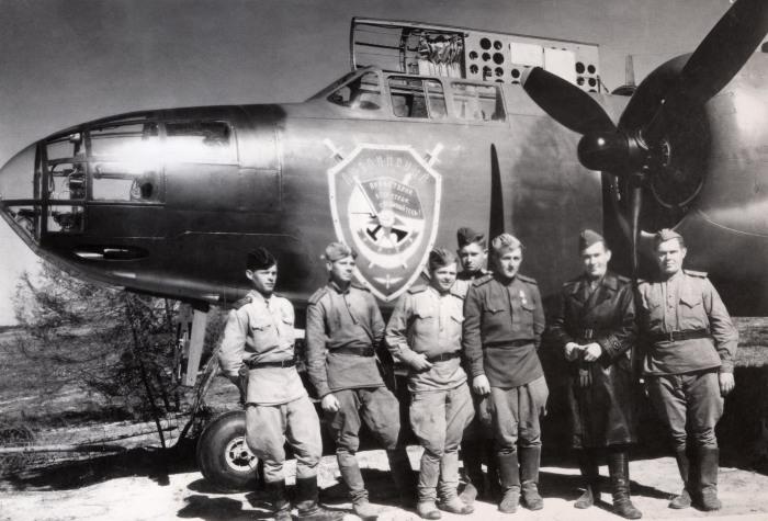 Советские авиаторы у самолета А-20G «Бостон». | Фото: blog.bnkomi.ru.