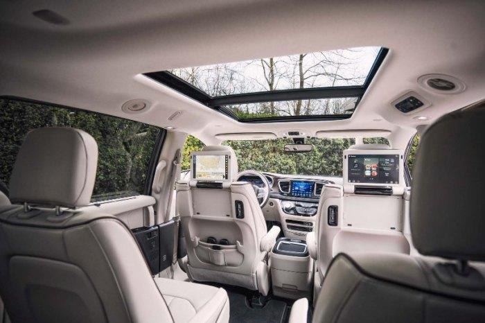 Просторный салон минивэна Chrysler Pacifica. | Фото: motortrend.com.