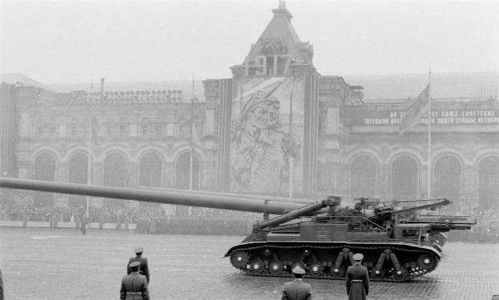 Самый большой в мире миномет «Ока» принимает участие в параде на Красной площади, ноябрь 1957 года.