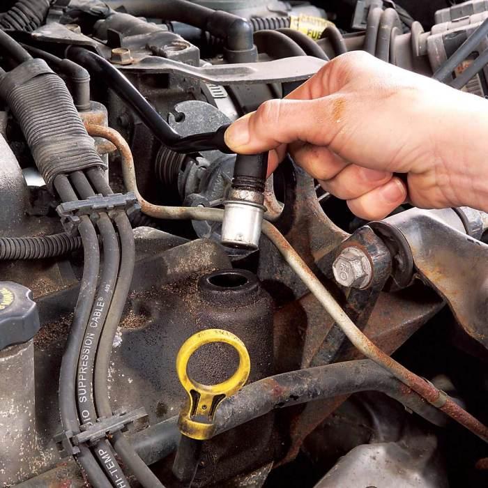 Клапан PCV на современном двигателе регулирует забор картерных газов на впуск. | Фото: familyhandyman.com.