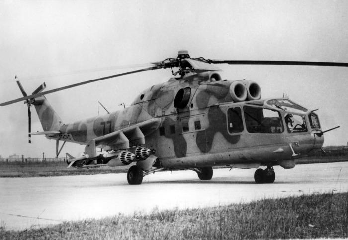Первые экземпляры вертолета Ми-24 имели кабину с большой площадью остекления. | Фото: vpk.name.