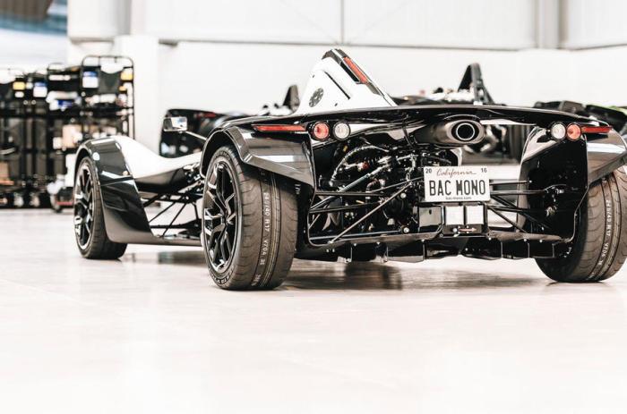 Двигатель Ford Cosworth в 285 л.с. и секвентальная коробка передач обеспечивают высокую динамику BAC Mono.