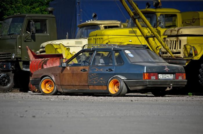 Спорный проект ВАЗ-21099, по которому сразу и не скажешь: это развалюха или творческий подход к оформлению автомобиля.