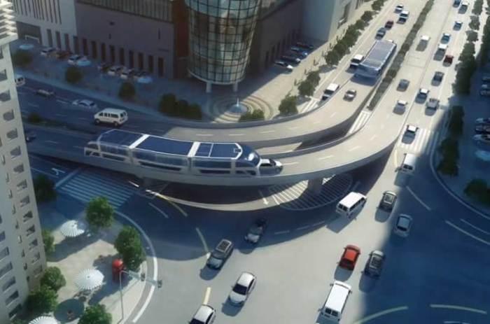 Land Airbus проезжает по городской эстакаде.