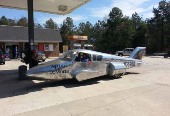 Уникальная трансформация самолета в наземный транспорт.