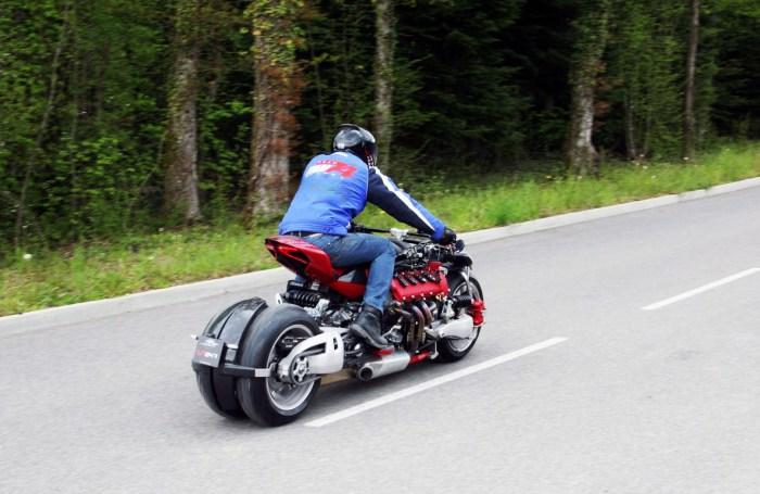 Благодаря сдвоенным передним и задним колесам Lazareth LM 847 выглядит на дороге чужеродным элементом.