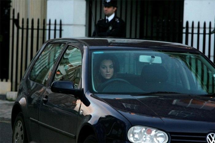 Кейт Миддлтон за рулем ее Volkswagen Golf. | Фото: buzzdrives.com.