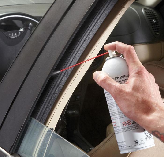 Чтобы окна и двери не примерзали, их нужно смазать. | Фото: familyhandyman.com.
