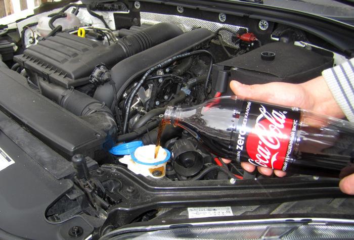 Также с помощью Coca-Cola Zero можно прочистить каналы омывателей стекол. | Фото: drive2.ru.