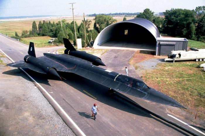 Lockheed SR-71 Blackbird стоит возле ангара. | Фото: airandspace.si.edu.