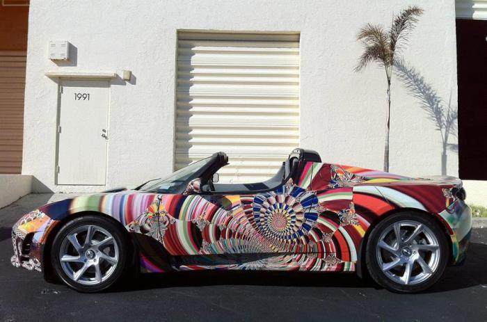 Tesla представила арт-автомобиль на основе модели Roadster Sport.