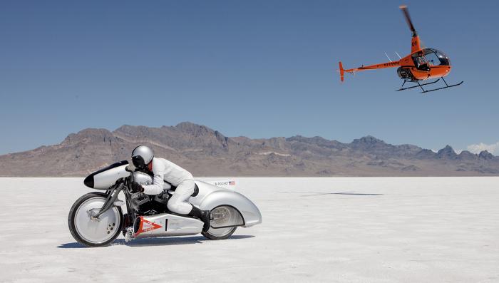 Мотоцикл B-Rocket на соляных полях Бонневиля, США.