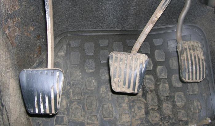 Стертые накладки педалей – хороший индикатор большого пробега. | Фото: carsmegablog.com.